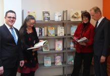 Übergabe von Büchern und eines Bücherregals an die Gemeindebücherei in Langensteinbach