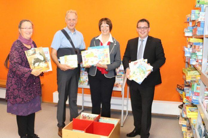 Übergabe von Kinderbüchern und eines Bilderbuchtrogs an die Gemeindebücherei Karlsbad
