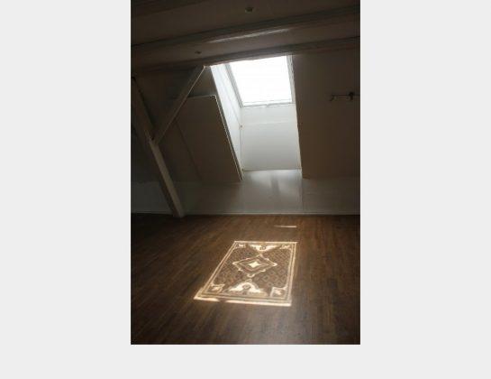 """3. Preis: Nadja Monnet, Asaneh, auf einer geweißelten Fensterscheibe mit einem Wattestäbchen freigelegte Muster + Sonnenlicht erzeugen einen """"Lichtteppich"""" auf dem Boden"""
